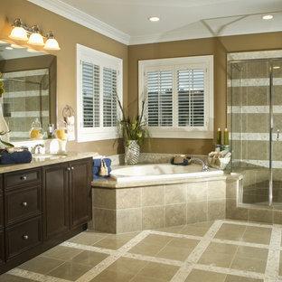 Idéer för ett stort klassiskt beige en-suite badrum, med luckor med profilerade fronter, skåp i mörkt trä, ett hörnbadkar, en hörndusch, bruna väggar, klinkergolv i porslin, ett undermonterad handfat, granitbänkskiva, beiget golv och dusch med gångjärnsdörr