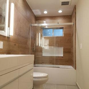 ロサンゼルスのモダンスタイルのおしゃれな浴室 (茶色い壁、セラミックタイルの床、珪岩の洗面台、ターコイズの床、白い洗面カウンター) の写真