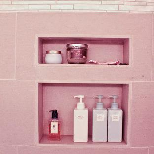 Ejemplo de cuarto de baño principal, minimalista, de tamaño medio, con lavabo bajoencimera, armarios con paneles lisos, puertas de armario de madera en tonos medios, encimera de granito, combinación de ducha y bañera, baldosas y/o azulejos grises y paredes blancas
