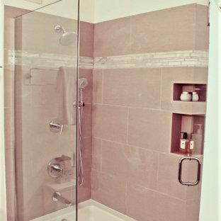 Foto de cuarto de baño principal, minimalista, de tamaño medio, con lavabo bajoencimera, armarios con paneles lisos, puertas de armario de madera en tonos medios, encimera de granito, combinación de ducha y bañera, baldosas y/o azulejos grises y paredes blancas