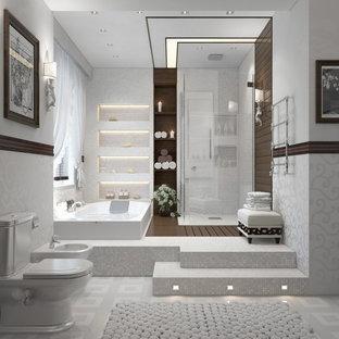 Esempio di una grande sauna classica con vasca da incasso, doccia ad angolo, WC monopezzo, pareti bianche, pavimento beige e porta doccia a battente