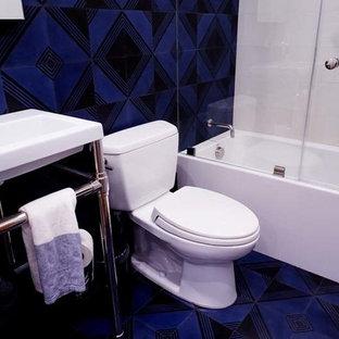 Ispirazione per una stanza da bagno con doccia classica di medie dimensioni con vasca ad alcova, vasca/doccia, WC a due pezzi, piastrelle blu, piastrelle in ceramica, pareti blu, pavimento in gres porcellanato, lavabo a consolle, pavimento blu, porta doccia a battente, top bianco e top in quarzite