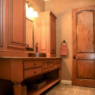 Foto de cuarto de baño con ducha, de estilo americano, grande, con armarios con paneles con relieve, puertas de armario de madera oscura, paredes beige, suelo de baldosas de cerámica, lavabo sobreencimera y encimera de granito