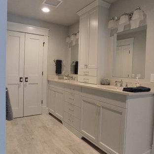 Идея дизайна: главная ванная комната среднего размера в классическом стиле с серой плиткой, белой плиткой, серыми стенами, врезной раковиной, фасадами с утопленной филенкой, белыми фасадами и полом из ламината