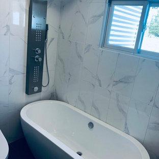 Foto de cuarto de baño infantil, de estilo de casa de campo, pequeño, con armarios tipo mueble, puertas de armario con efecto envejecido, bañera exenta, ducha esquinera, bidé, baldosas y/o azulejos blancos, baldosas y/o azulejos de cerámica, paredes blancas, suelo de mármol, lavabo integrado, encimera de mármol, suelo gris, ducha con cortina y encimeras blancas