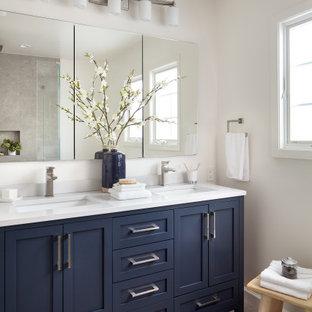 Exempel på ett mellanstort klassiskt vit vitt en-suite badrum, med skåp i shakerstil, blå skåp, vita väggar, ett undermonterad handfat, grått golv, klinkergolv i porslin, bänkskiva i kvartsit, en hörndusch, grå kakel, porslinskakel och dusch med gångjärnsdörr
