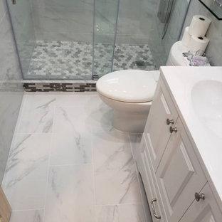 Immagine di una stanza da bagno con doccia contemporanea di medie dimensioni con ante con bugna sagomata, ante bianche, doccia alcova, WC a due pezzi, piastrelle grigie, piastrelle di marmo, pareti grigie, lavabo integrato, porta doccia scorrevole, top bianco, un lavabo e mobile bagno incassato