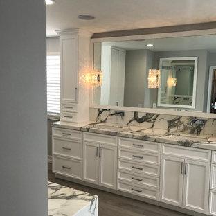 Inspiration för ett stort vintage en-suite badrum, med skåp i shakerstil, vita skåp, ett undermonterat badkar, en hörndusch, svart och vit kakel, grå kakel, stenhäll, grå väggar, mellanmörkt trägolv, ett undermonterad handfat, marmorbänkskiva, brunt golv och dusch med gångjärnsdörr
