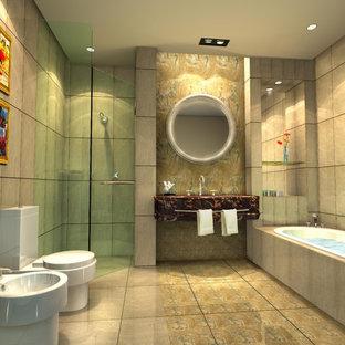 Diseño de cuarto de baño principal, tradicional, de tamaño medio, con puertas de armario violetas, bañera encastrada, ducha esquinera, bidé, baldosas y/o azulejos beige, baldosas y/o azulejos de mármol, paredes beige, suelo de mármol, lavabo tipo consola, encimera de mármol, suelo beige, ducha abierta y encimeras rojas