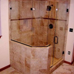 Idee per una stanza da bagno padronale con lavabo sottopiano, ante con bugna sagomata, ante in legno scuro, top in vetro, doccia ad angolo, piastrelle beige, pareti bianche e pavimento con piastrelle in ceramica