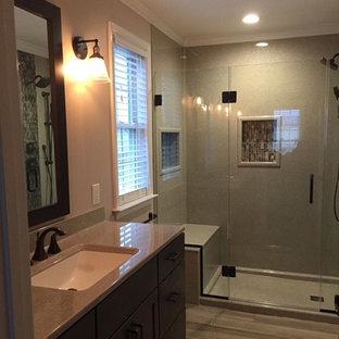 Diseño de cuarto de baño principal con armarios estilo shaker, puertas de armario de madera en tonos medios, ducha empotrada, baldosas y/o azulejos grises, paredes grises, suelo de baldosas de porcelana, lavabo integrado, encimera de ónix, suelo beige, ducha con puerta con bisagras y encimeras grises