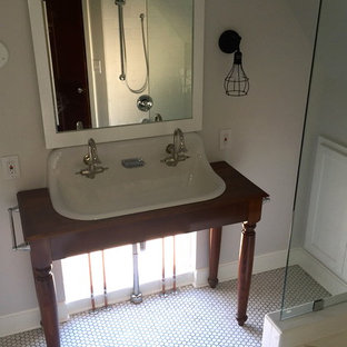 Immagine di una stanza da bagno stile americano con lavabo rettangolare, top in legno, piastrelle bianche, pareti grigie e pavimento in gres porcellanato