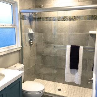 Ispirazione per una piccola stanza da bagno classica con ante in stile shaker, ante verdi, WC a due pezzi, piastrelle grigie, piastrelle in gres porcellanato, lavabo sottopiano e top in quarzo composito