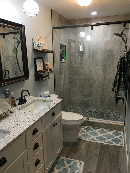 Salle de bain avec un placard avec porte à panneau encastré et une ...