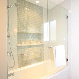 Неиссякаемый источник вдохновения для домашнего уюта: главная ванная комната среднего размера в стиле современная классика с врезной раковиной, фасадами с утопленной филенкой, белыми фасадами, мраморной столешницей, душем над ванной, бежевой плиткой, белыми стенами и полом из линолеума