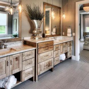 Свежая идея для дизайна: большая главная ванная комната в стиле рустика с фасадами островного типа, фасадами цвета дерева среднего тона, ванной в нише, коричневыми стенами, полом из керамической плитки, врезной раковиной, столешницей из гранита, серым полом, разноцветной столешницей, тумбой под две раковины и встроенной тумбой - отличное фото интерьера
