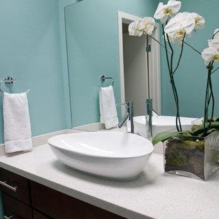 Foto di una stanza da bagno con doccia minimal con ante lisce, ante in legno bruno, doccia alcova, WC a due pezzi, piastrelle beige, piastrelle grigie, piastrelle di ciottoli, pareti blu, pavimento con piastrelle di ciottoli, lavabo a bacinella e top in quarzite