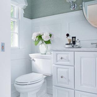 Foto di una stanza da bagno chic con ante con bugna sagomata, ante bianche e pareti verdi