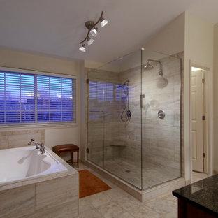 Cette image montre une grand salle de bain avec une douche double, une niche et meuble double vasque.