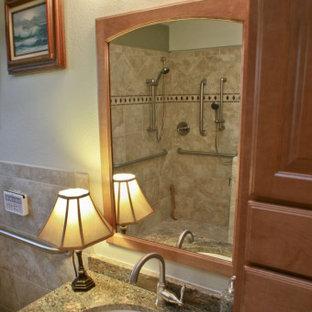 Esempio di una stanza da bagno padronale di medie dimensioni con ante in legno scuro, doccia a filo pavimento, piastrelle beige, piastrelle in pietra, lavabo sottopiano, top in granito, doccia aperta, top beige e un lavabo