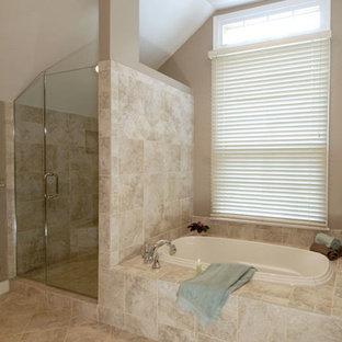 Diseño de cuarto de baño principal, contemporáneo, grande, con armarios con rebordes decorativos, puertas de armario de madera en tonos medios, bañera encastrada, ducha esquinera, baldosas y/o azulejos de piedra, paredes beige, suelo de travertino y lavabo bajoencimera