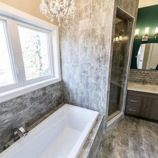 エドモントンの中サイズのトランジショナルスタイルのおしゃれなマスターバスルーム (フラットパネル扉のキャビネット、ヴィンテージ仕上げキャビネット、ドロップイン型浴槽、アルコーブ型シャワー、分離型トイレ、緑の壁、クッションフロア、アンダーカウンター洗面器、人工大理石カウンター) の写真