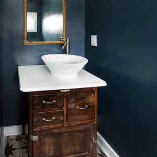 Idee per una piccola stanza da bagno con ante con finitura invecchiata, pareti blu, pavimento con piastrelle in ceramica, lavabo a bacinella, top in acciaio inossidabile e pavimento nero