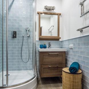 На фото: маленькие ванные комнаты в морском стиле с угловым душем, синей плиткой, керамической плиткой, полом из керамической плитки, фасадами в стиле шейкер, темными деревянными фасадами, белыми стенами, душевой кабиной, монолитной раковиной и душем с распашными дверями