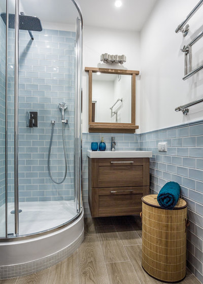 Trend Beach Style Bathroom by L uEssenziale Home Designs