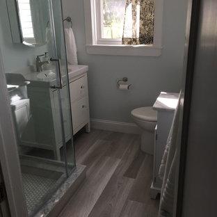 フィラデルフィアの小さいモダンスタイルのおしゃれなマスターバスルーム (家具調キャビネット、淡色木目調キャビネット、コーナー設置型シャワー、分離型トイレ、グレーのタイル、磁器タイル、グレーの壁、セラミックタイルの床、コンソール型シンク、大理石の洗面台) の写真