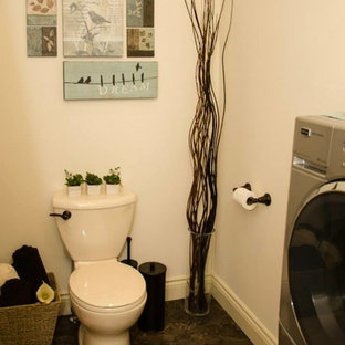 Esempio di un'ampia stanza da bagno padronale classica con lavabo a bacinella, ante con riquadro incassato, ante in legno scuro, top in laminato, vasca ad alcova, vasca/doccia, WC monopezzo, piastrelle beige, pareti beige e pavimento in linoleum