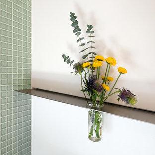 Esempio di una piccola stanza da bagno padronale minimalista con ante lisce, lavabo a bacinella, top in superficie solida, doccia alcova, WC monopezzo, lastra di vetro e pareti bianche
