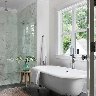 シャーロットのトランジショナルスタイルのおしゃれなマスターバスルーム (猫足バスタブ、コーナー設置型シャワー、白いタイル、白い壁、グレーの床) の写真