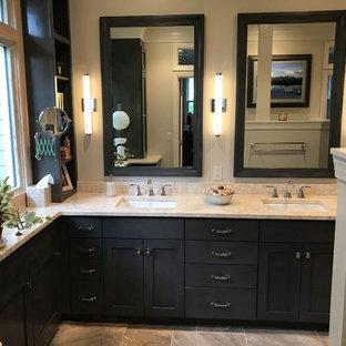 アトランタの小さいコンテンポラリースタイルのおしゃれなマスターバスルーム (シェーカースタイル扉のキャビネット、グレーのキャビネット、アルコーブ型シャワー、分離型トイレ、ベージュのタイル、セラミックタイル、ベージュの壁、セラミックタイルの床、アンダーカウンター洗面器、ライムストーンの洗面台、グレーの床、開き戸のシャワー、ベージュのカウンター) の写真