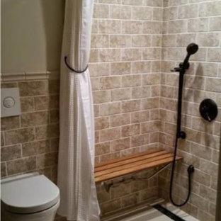 Ispirazione per una piccola stanza da bagno con doccia classica con piastrelle beige, doccia a filo pavimento, WC sospeso, piastrelle in pietra, pareti beige, pavimento in bambù, pavimento beige e doccia con tenda