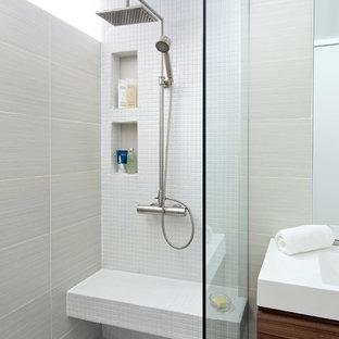 Diseño de cuarto de baño actual con lavabo integrado, puertas de armario de madera oscura, encimera de laminado, ducha abierta, sanitario de dos piezas, baldosas y/o azulejos de porcelana y baldosas y/o azulejos blancos