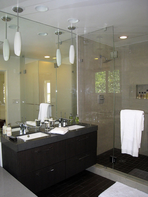Modern white bathroom vanity - Cette Photo Montre Une Salle De Bain Principale Tendance De Taille