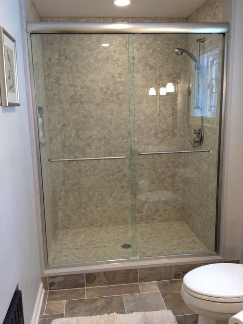 salle de bain avec une plaque de galets et un mur multicolore photos et id es d co de salles. Black Bedroom Furniture Sets. Home Design Ideas