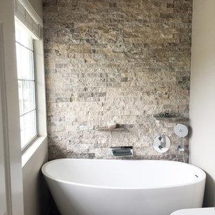 Idee per una piccola stanza da bagno minimalista con vasca freestanding e piastrelle in pietra