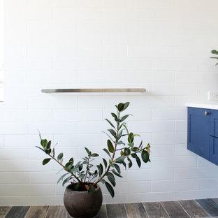 Idéer för stora funkis vitt en-suite badrum, med skåp i shakerstil, blå skåp, ett fristående badkar, en kantlös dusch, vit kakel, keramikplattor, flerfärgade väggar, ett fristående handfat, bänkskiva i kvarts, flerfärgat golv och dusch med gångjärnsdörr