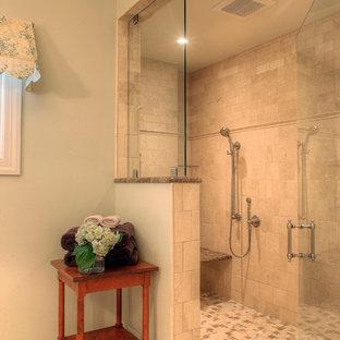 Idee per una grande stanza da bagno padronale tradizionale con piastrelle beige, piastrelle diamantate, doccia doppia, WC a due pezzi, lavabo a consolle, pareti verdi e pavimento in gres porcellanato