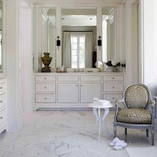 Foto di una grande stanza da bagno padronale vittoriana con lavabo sottopiano, consolle stile comò, ante bianche, top in marmo, piastrelle di vetro, pareti bianche e pavimento in marmo