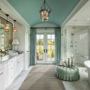 Стильный дизайн: большая главная ванная комната в викторианском стиле с монолитной раковиной, плоскими фасадами, белыми фасадами, столешницей из гранита, отдельно стоящей ванной, угловым душем, унитазом-моноблоком, белой плиткой, керамогранитной плиткой, синими стенами и полом из мозаичной плитки - последний тренд