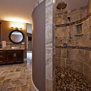 Ispirazione per una stanza da bagno padronale moderna di medie dimensioni con ante a filo, ante in legno bruno, doccia aperta, WC monopezzo, pareti beige, lavabo rettangolare, piastrelle marroni, piastrelle in travertino, pavimento in travertino e top piastrellato