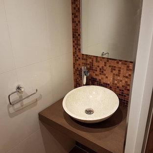 Idee per una stanza da bagno per bambini moderna di medie dimensioni con ante con bugna sagomata, ante in legno bruno, piastrelle marroni, piastrelle a mosaico, pareti multicolore, pavimento in laminato, lavabo a bacinella, top in zinco e pavimento marrone