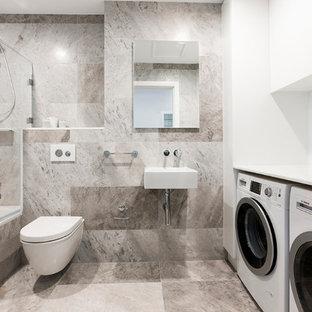Cette photo montre une salle de bain principale tendance avec un lavabo suspendu, un combiné douche/baignoire, un WC suspendu et buanderie.