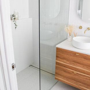 Idéer för att renovera ett litet funkis vit vitt en-suite badrum, med släta luckor, skåp i mörkt trä, en öppen dusch, en toalettstol med hel cisternkåpa, vit kakel, skifferkakel, vita väggar, klinkergolv i porslin, ett fristående handfat, bänkskiva i kvarts, grått golv och med dusch som är öppen