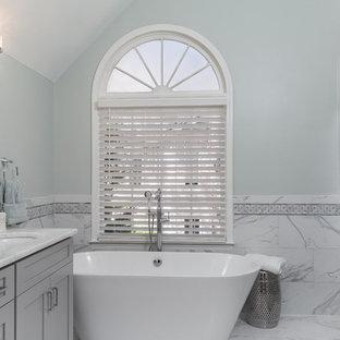 Bild på ett stort vintage vit vitt en-suite badrum, med skåp i shakerstil, grå skåp, ett fristående badkar, vit kakel, grå kakel, gröna väggar, klinkergolv i porslin, ett undermonterad handfat, bänkskiva i kvartsit, vitt golv, dusch med gångjärnsdörr, en dusch i en alkov och porslinskakel