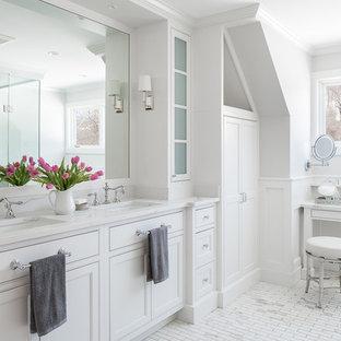 Exempel på ett mellanstort klassiskt vit vitt en-suite badrum, med släta luckor, en kantlös dusch, grå väggar, klinkergolv i keramik, ett undermonterad handfat, granitbänkskiva, dusch med gångjärnsdörr, vita skåp och vitt golv