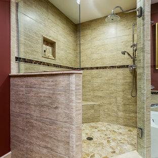 Свежая идея для дизайна: большая главная ванная комната в классическом стиле с врезной раковиной, фасадами в стиле шейкер, фасадами цвета дерева среднего тона, столешницей из искусственного кварца, ванной в нише, угловым душем, раздельным унитазом, разноцветной плиткой, каменной плиткой, красными стенами, полом из травертина, бежевым полом и душем с распашными дверями - отличное фото интерьера